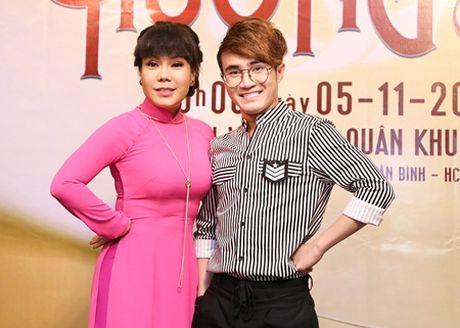 "Huynh Lap ""chap but"" cho Viet Huong deo day chuyen hon 2 ty tai liveshow - Anh 2"