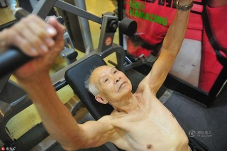 Cu ong 94 tuoi van cham tap gym moi ngay - Anh 3