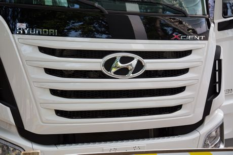 Xe ben Hyundai Xcient - noi that nhieu tien nghi, co giuong va co cho treo rem - Anh 2