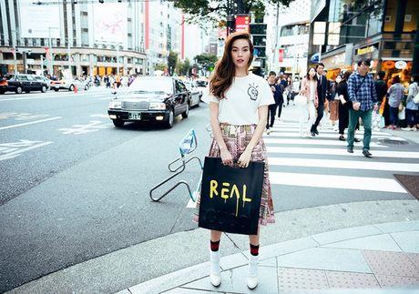 "So bi nghi dung hang nhai, Ha Ho in han chu ""Real"" len tui xach - Anh 1"