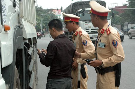 Gap CSGT, lai xe tai cho vat lieu xay dung rut dien thoai 'cau cuu' van bi phat - Anh 5
