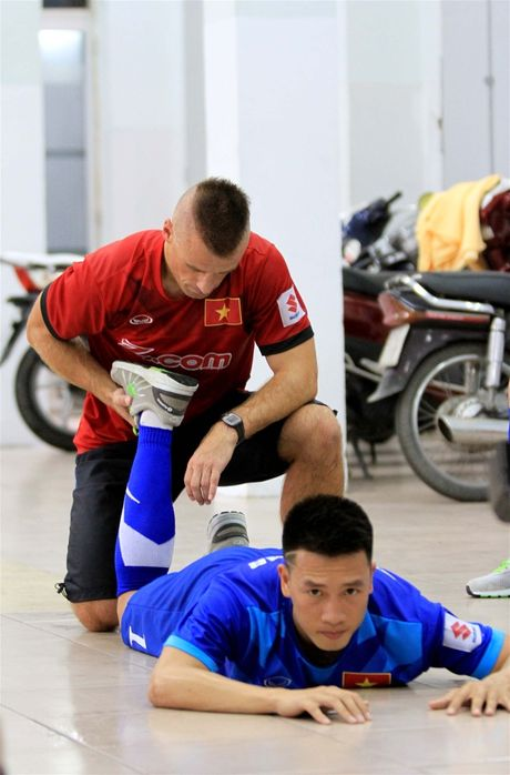 TP.HCM mua lon, tuyen Viet Nam ren the luc bang 'boi can' trong nha - Anh 5