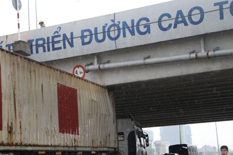 TP HCM: Nang cao ro mooc khien xe container 'mac can' - Anh 1
