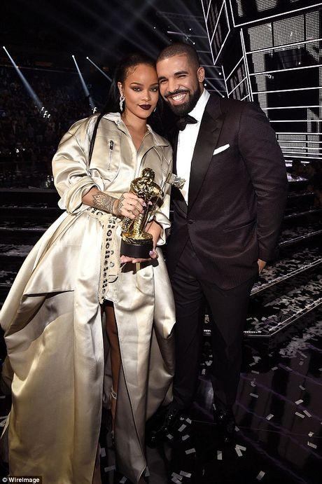 Vua cong khai hen ho, Drake - Rihanna da chia tay va co nguoi yeu moi? - Anh 1