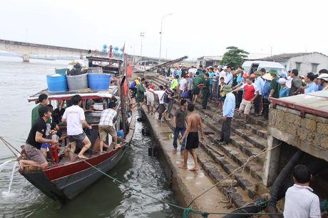 Quang Tri: Chim tau cho hon 35 nguoi, 1 nguoi chet - Anh 1