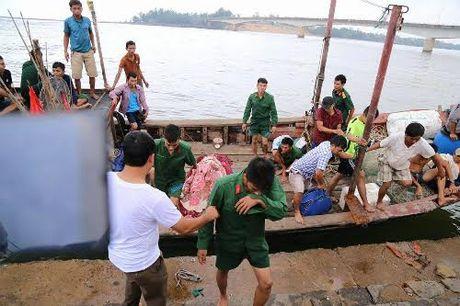 Quang Tri: Chim tau cho hon 35 nguoi, 1 nguoi chet - Anh 2