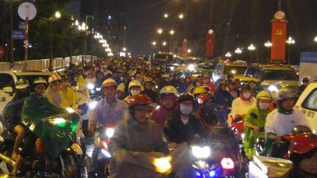 Giao thong Sai Gon roi loan nhieu gio trong con mua chieu - Anh 10