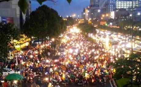 Giao thong Sai Gon roi loan nhieu gio trong con mua chieu - Anh 1