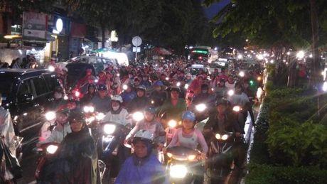 Giao thong Sai Gon roi loan nhieu gio trong con mua chieu - Anh 3
