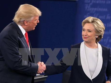 Ba Clinton van duy tri khoang cach an toan voi ong Trump - Anh 1