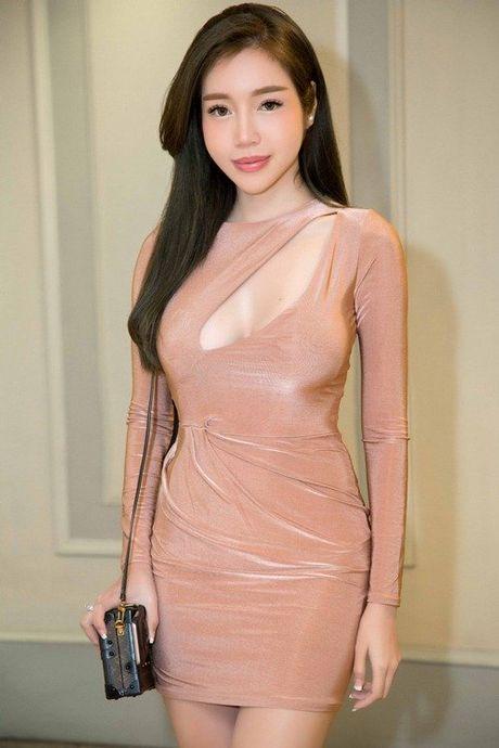 Khong can bikini cung it nguoi vuot duoc nguc 'khung' cua Elly Tran - Anh 10