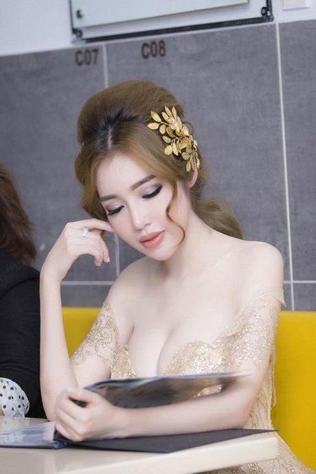 Khong can bikini cung it nguoi vuot duoc nguc 'khung' cua Elly Tran - Anh 2