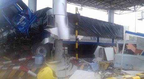 Xe container tong nat tram thu phi o Khanh Hoa - Anh 1