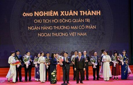 Chu tich HDQT Vietcombank nhan cup Thanh Giong - Anh 1