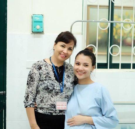 Hong Que sinh con gai dau long, Hoa hau Ngoc Han tuc truc ben dan em - Anh 1