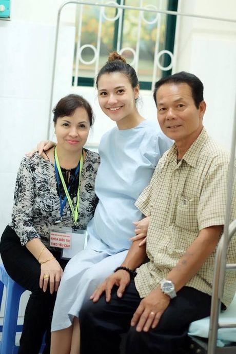 Hong Que sinh con gai dau long, Hoa hau Ngoc Han tuc truc ben dan em - Anh 4