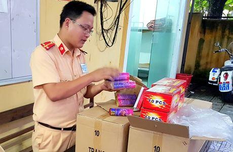 Xe khach giuong nam cho 1.080 qua phao dien lau - Anh 1