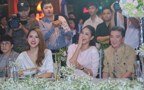 Hoa hau Pham Huong dua me di su kien - Anh 7