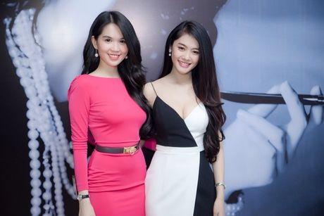 Linh Chi dap tra loi thach thuc khoe chan nguc cua Ngoc Trinh - Anh 1