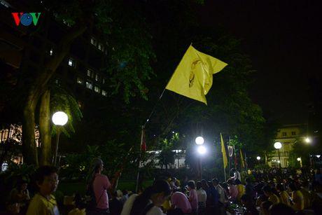 Nguoi dan Thai Lan thau dem cau nguyen suc khoe cho Nha Vua - Anh 10