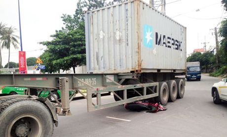 Chui thang gam container, thanh nien thoat chet ki dieu - Anh 1