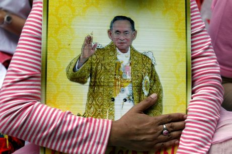 Nha Vua Thai Lan bang ha, ai se noi ngoi? - Anh 1