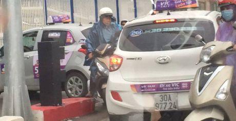 Hai chiec taxi ngang nhien di nguoc chieu tai cau vuot Hoang Minh Giam - Anh 2