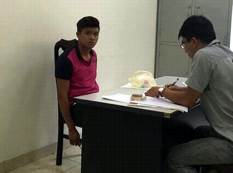 Khong doi mu bao hiem con dam CSGT gay rang - Anh 1