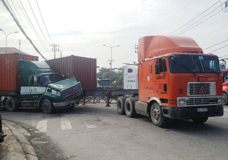 TP HCM: Container tong nhau tren duong vao cang Cat Lai - Anh 1