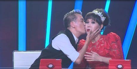 "Buoc nhay ngan can: Dam Vinh Hung me va ""hon say dam"" Viet Huong tren ghe nong - Anh 4"