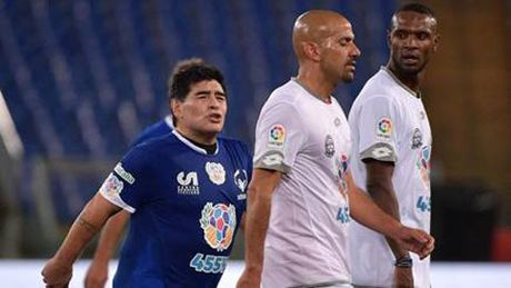 Ronaldinho chuyen bong bang lung sieu ao, Maradona suyt tan tro cu - Anh 1