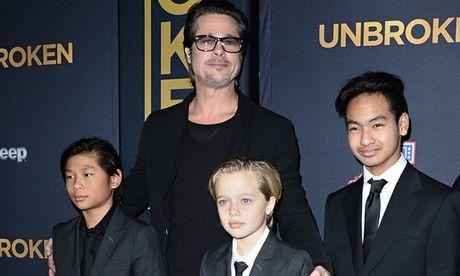 Con gai Brad Pitt khoc rong, mong ve nha voi cha - Anh 1