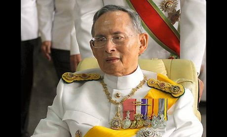Nguoi dan Thai Lan do ra duong cau nguyen cho suc khoe nha vua - Anh 1