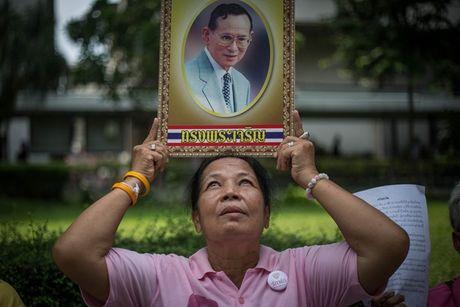 Nguoi dan Thai Lan do ra duong cau nguyen cho suc khoe nha vua - Anh 2