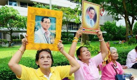 Nguoi dan Thai Lan do ra duong cau nguyen cho suc khoe nha vua - Anh 3