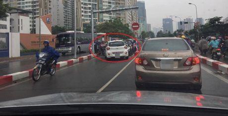 Sang nay, tai xe taxi khien ca mot pho Ha Noi buc xuc - Anh 1