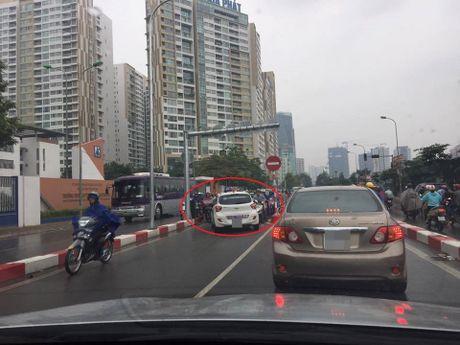 Sang nay, tai xe taxi khien ca mot pho Ha Noi buc xuc - Anh 3