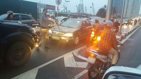 Sang nay, tai xe taxi khien ca mot pho Ha Noi buc xuc - Anh 5