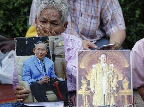 Dan Thai Lan tap trung truoc cong benh vien cau cho nha Vua som lanh benh - Anh 2