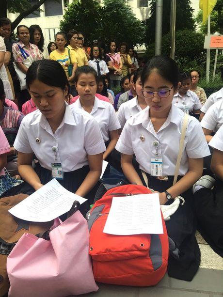 Dan Thai Lan tap trung truoc cong benh vien cau cho nha Vua som lanh benh - Anh 4