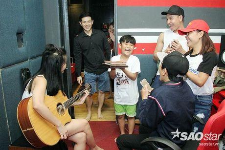 Nhat Minh, Gia Quy The Voice Kids bi mat mung sinh nhat bat ngo cho Dong Nhi - Anh 2