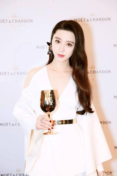 Khi khong can thiep photoshop, lan da cua Pham Bang Bang cung chang trang sang - Anh 7
