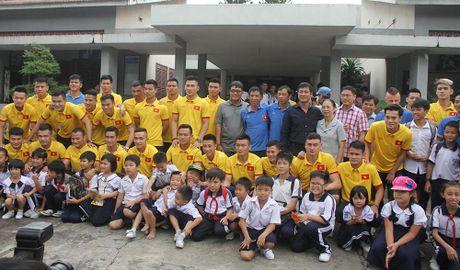 Thay tro HLV Huu Thang chia se cung tre em lang SOS - Anh 2