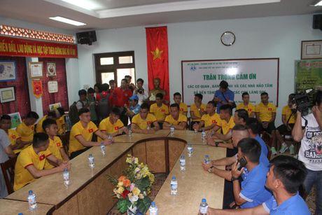 Thay tro HLV Huu Thang chia se cung tre em lang SOS - Anh 8