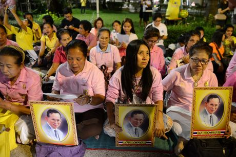 Dan Thai Lan tap trung o benh vien cau nguyen cho nha vua - Anh 3