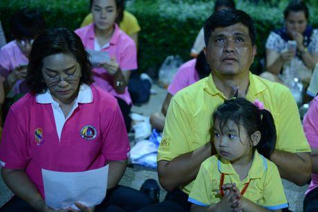 Dan Thai Lan tap trung o benh vien cau nguyen cho nha vua - Anh 4
