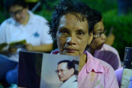 Dan Thai Lan tap trung o benh vien cau nguyen cho nha vua - Anh 9