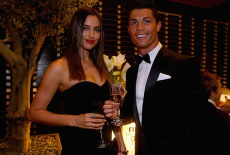 Ronaldo vung trom voi 'ban sao cua Irina Shayk' - Anh 2