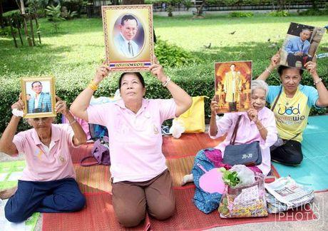 Quoc vuong Thai Lan nguy kich, ca nuoc nguyen cau - Anh 3