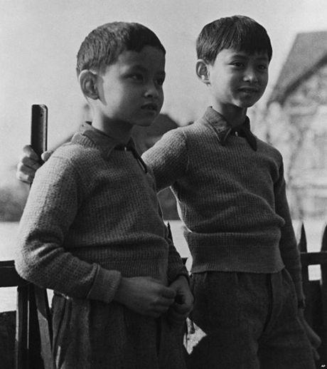 Cuoc doi cua Nha vua Thai Lan qua anh - Anh 1